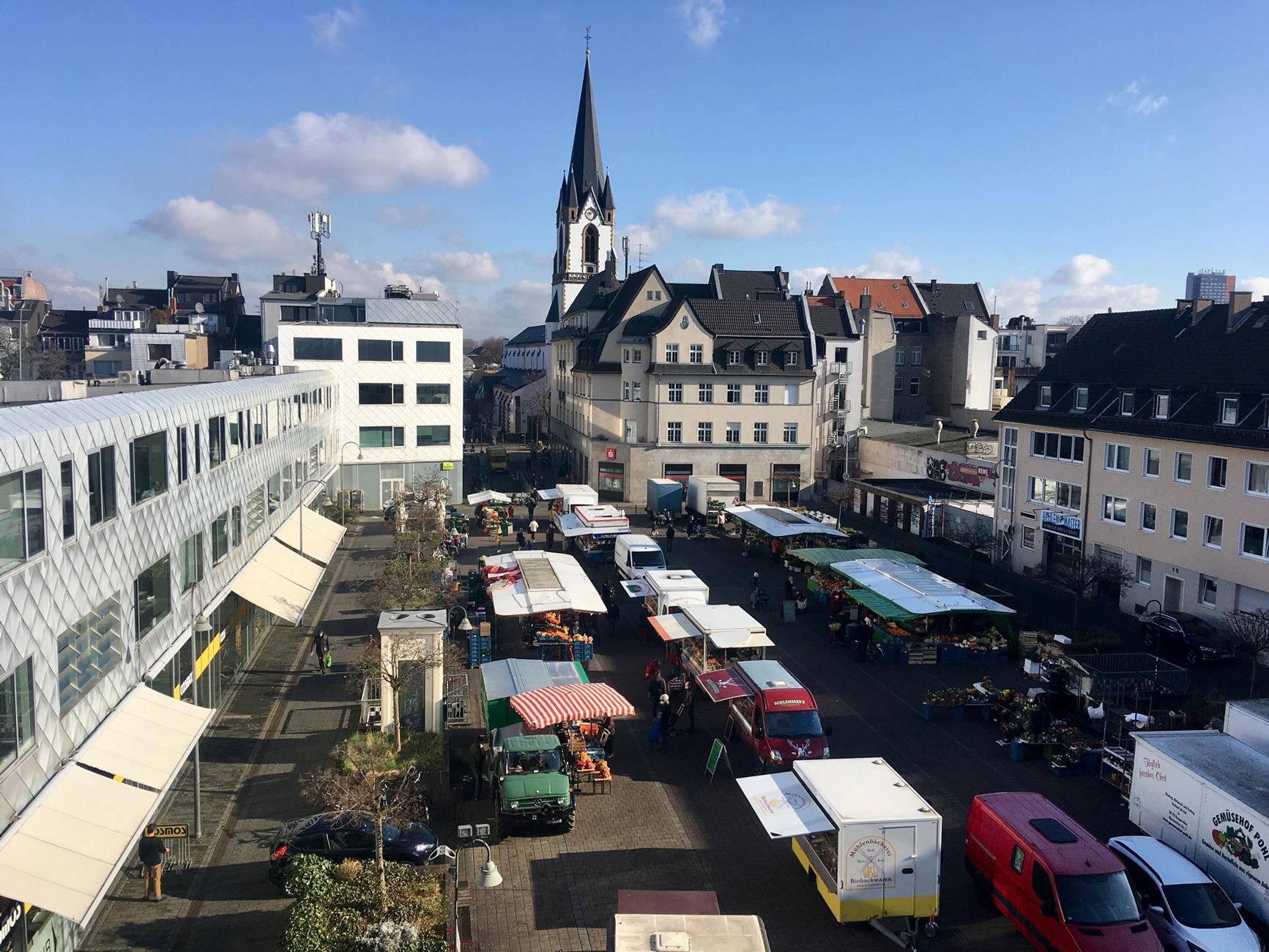 Wochenmarkt auf dem Neptunplatz, jeden Freitag, Blick aus dem Neptunbad