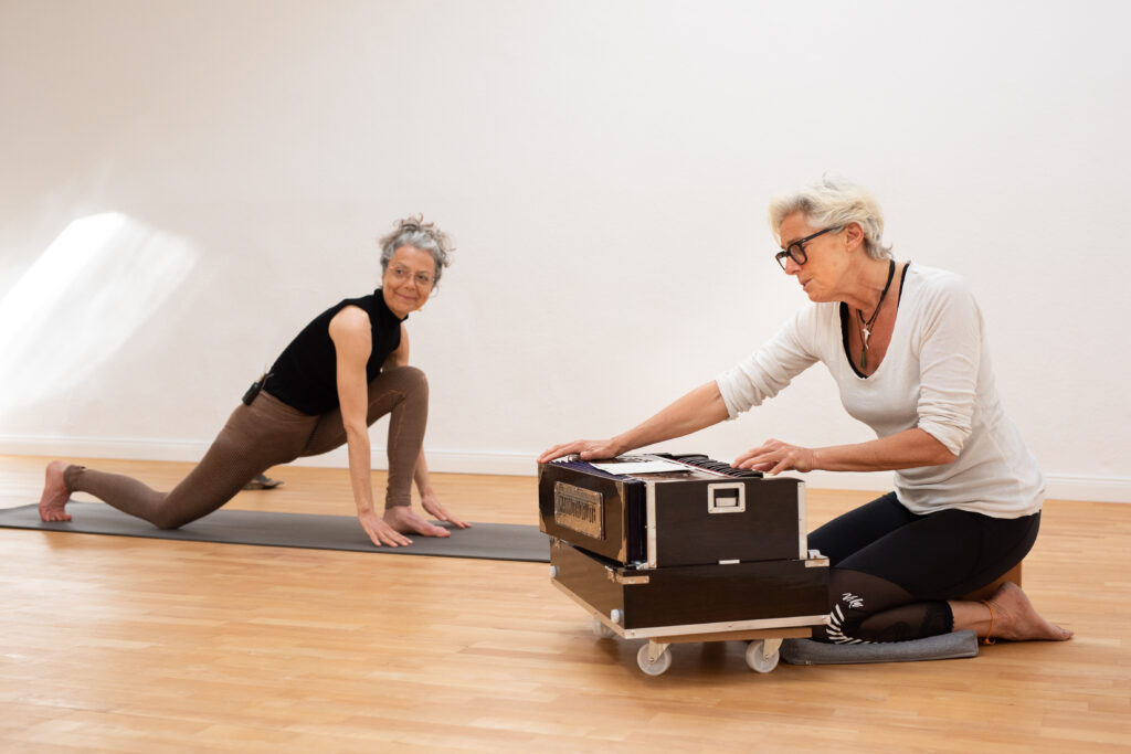 Mantra-Yoga-Stunde, Asanas und Sonnengrüße, Harmonium und Gesang. © (c) Thekla Ehling Ingrid + Helena Marion Scholz